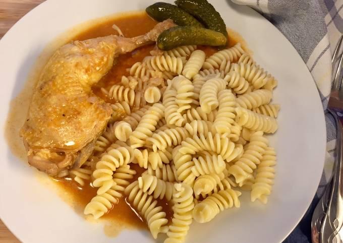 """Csirke Paprikás """"Paprika-Hühnchen"""" mit Nudeln"""