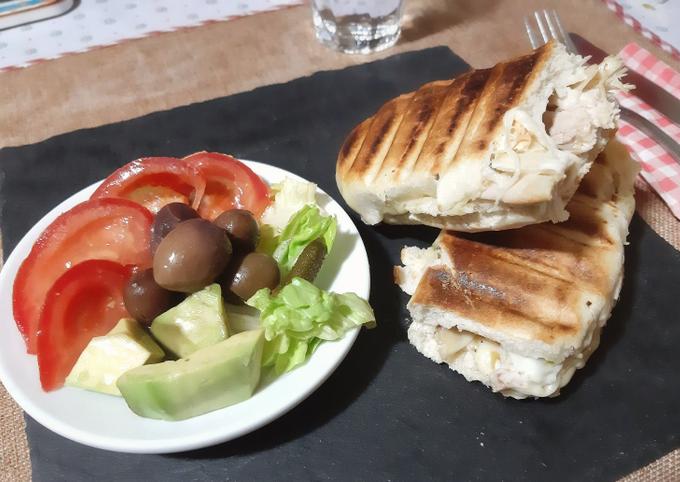 Panini poulet fromage accompagné de salade composée 🍴