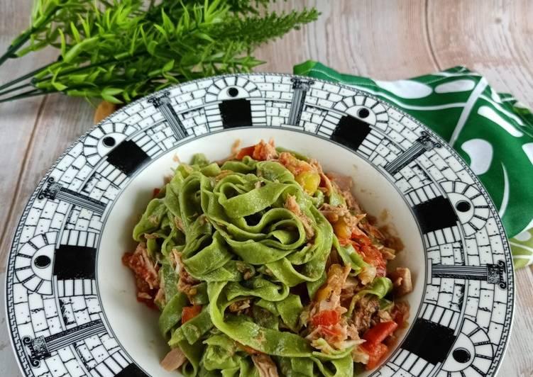 Tagliatelle Con Pomodoro e Tonno / Pasta Bayam Saus Tuna