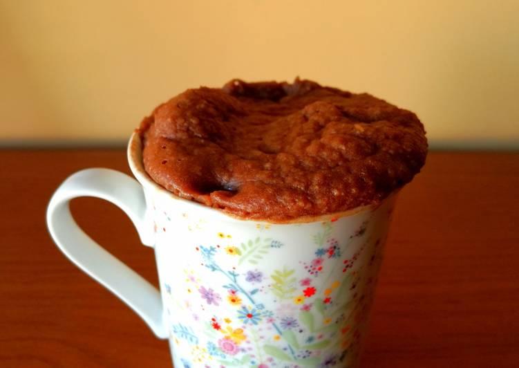 Mug cake de avena, plátano y dátiles