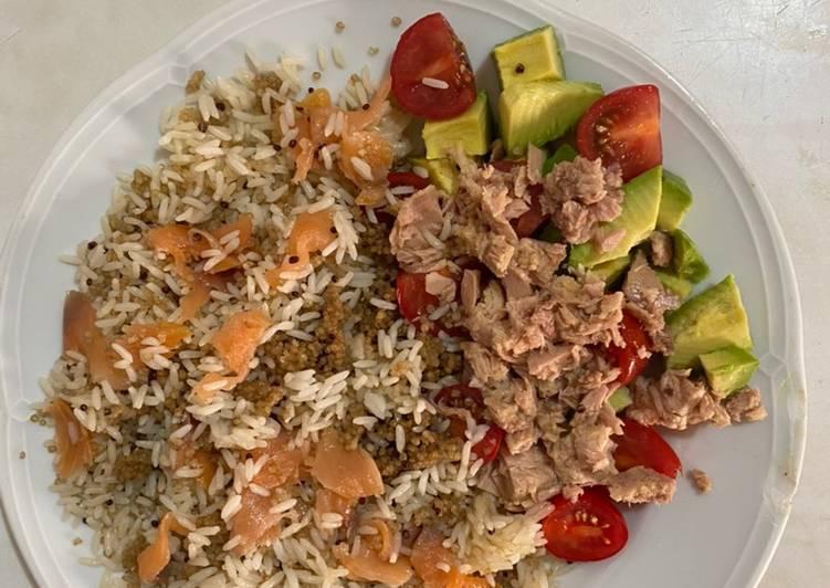 Arroz con quinoa y salmón con ensalada fresca