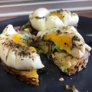 Huevos Touché! Tosta de huevos poché, sobre ajo puerro y cebolla morada