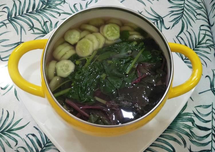 Bagaimana Menyiapkan Sayur Bening Bayam Timun yang Enak