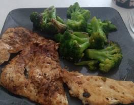 Emergencia de brócoli con mantequilla, ajo y pechuga de pollo