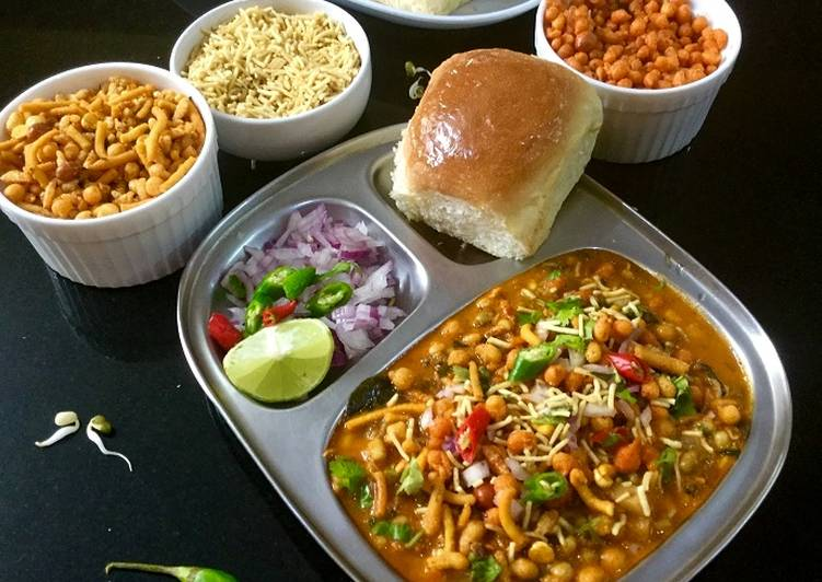 CHATPATA MISAL PAV (WITH MUNG BEAN SPROUTS)