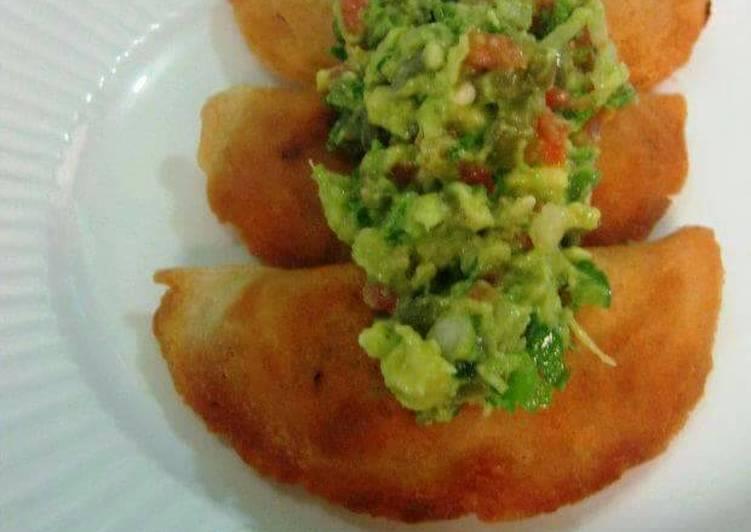 Empanadas de picadillo con nopalitos y guacamole