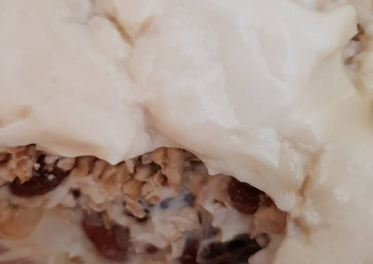 Vegan pecan and raisin overnight oats