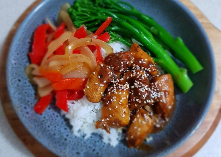 Sticky Black Pepper Chicken with Rice and vegetables