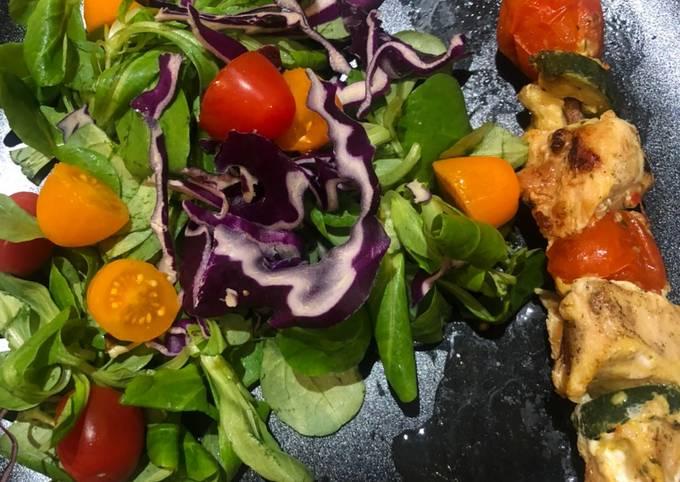 Brochette de dinde et salade colorée