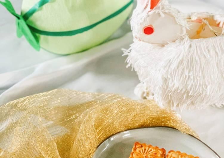 Simple Way to Prepare Most Popular Salted Egg Yolk Custard Mooncakes (蛋黃奶皇月餅)