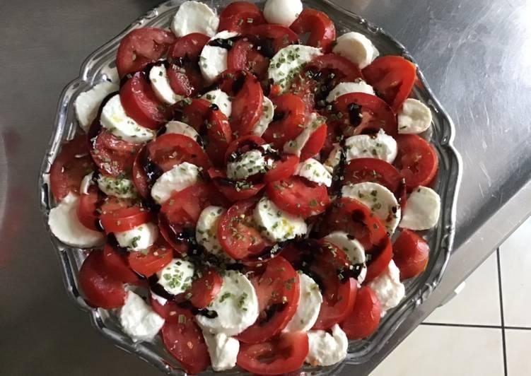 Salade de tomates aux billes de mozzarella ciboulette et crème de balsamique