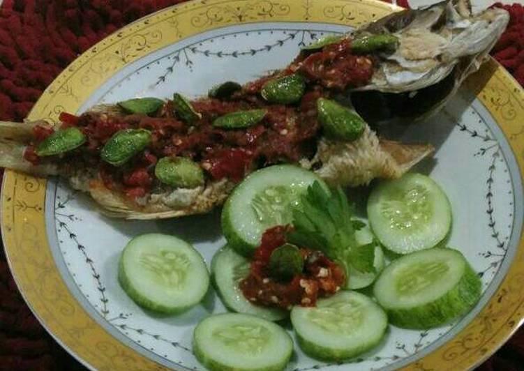 Ikan kakap goreng sambel petai