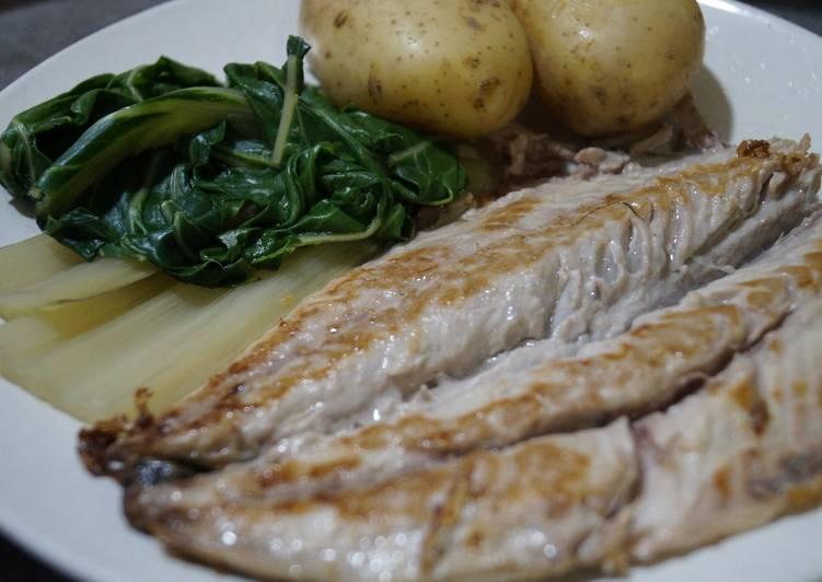 Cena ligera de caballa a la plancha con acelgas y patata hervida