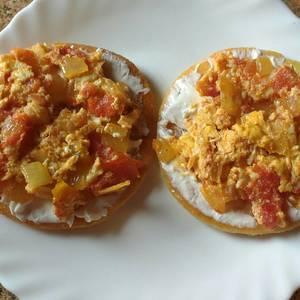 Huevos perico (huevos revueltos con cebolla y tomate)