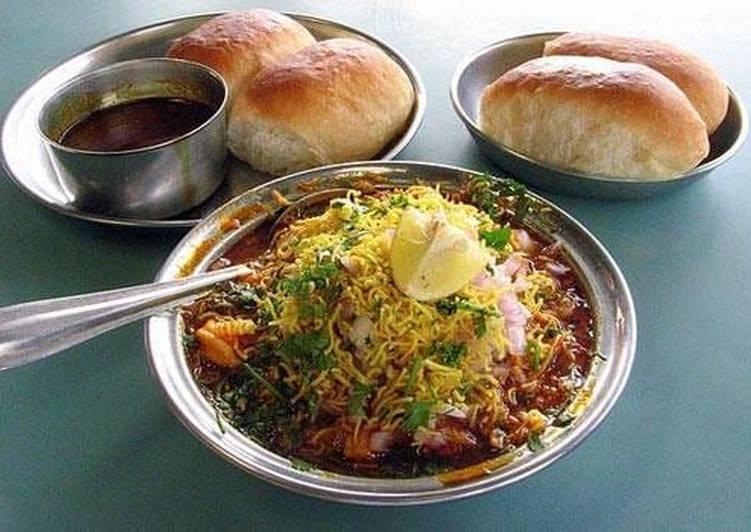 ઝણઝણીત કોલ્હાપુરી મીસળ પાવ(kolhapur misalpav recipe in gujarati)