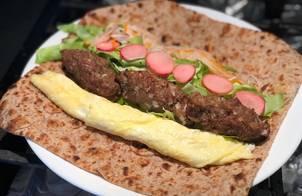 Bánh mì mễ cuộn thịt viên và trứng cuộn