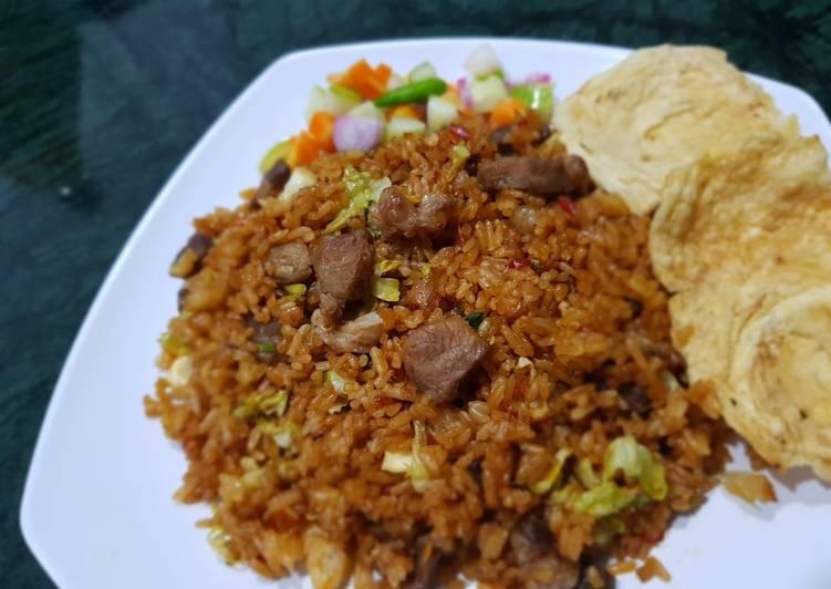 Nasi goreng kambing dengan sayur kol