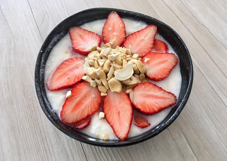 Keto-Friendly Strawberry & Cashew Yogurt
