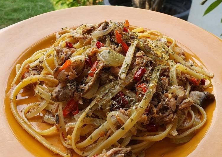 Fettuccine aglio e olio with spicy tuna flakes