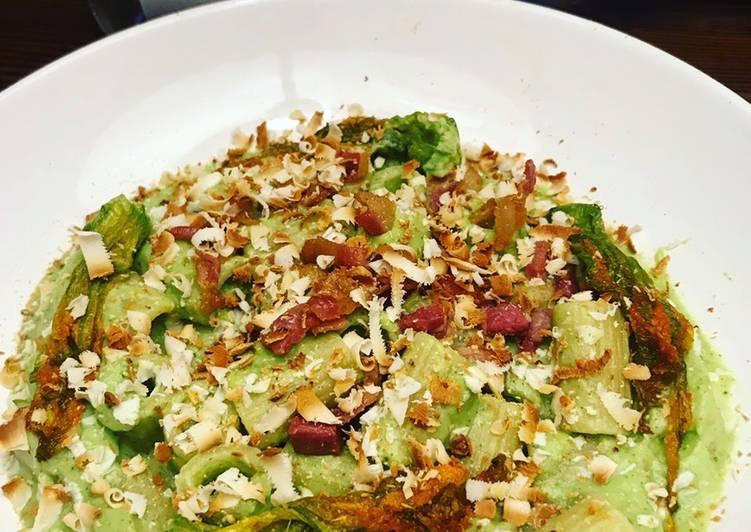 Rigatoni crema di zucchine, porri e ricotta con fiori di zucchina e guanciale croccante
