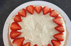 Mandeln Kuchen (bánh gatô hạnh nhân)  Trang trí hạt, trái cây tuỳ thích. Mình thích trang trí dâu