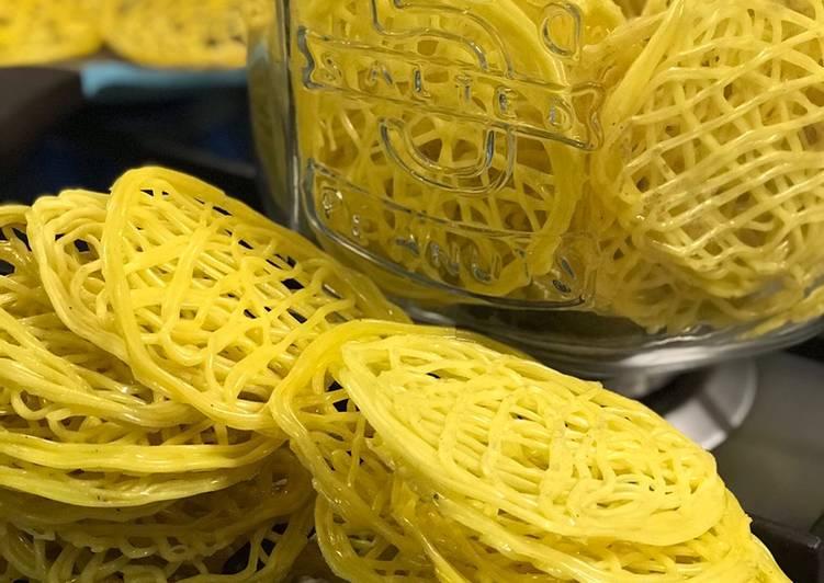 Menggoreng Kerupuk Mie Kuning