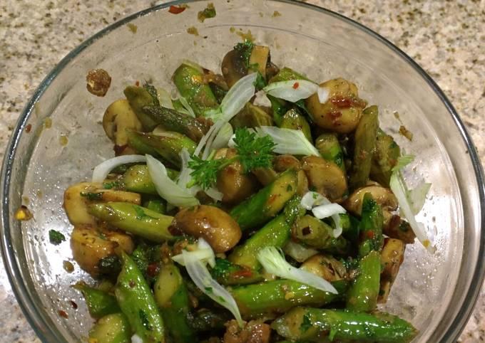 Garlicky Asparagus and Mushroom Stirfry