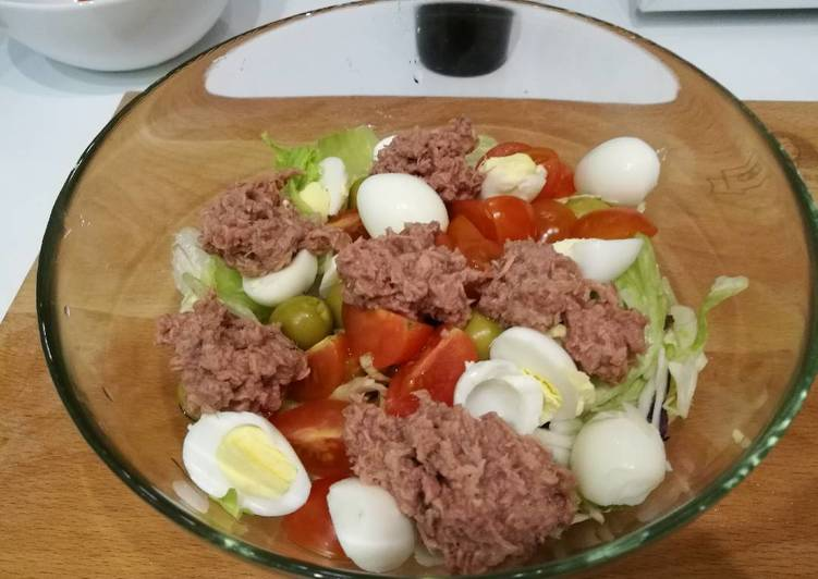 "Foods That Can Make You Happy Green Salad ""Venice"" with tuna"