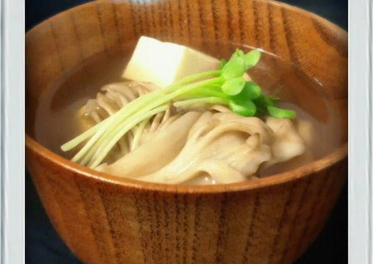 Consume These 14 Superfoods to Go Green for Great Health Low-Sugar: Easy Clear Broth with Tofu and Maitake Mushrooms
