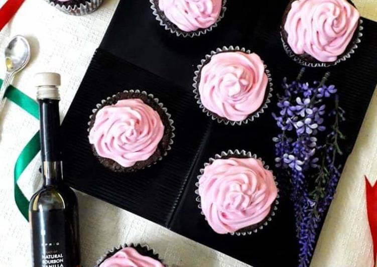 Chocolate Caramel Cupcakes With Strawberry Cream Frosting