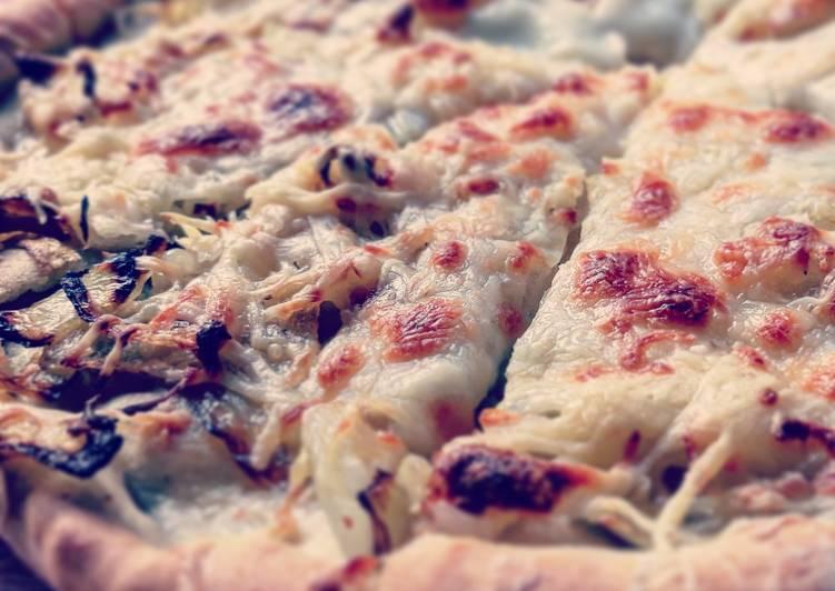 Pizza de cebolla con queso mozzarella y emmental