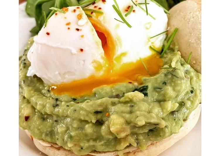 Recette Savoureux Muffin anglais, écrasé d'avocat et œuf poché au piment d'Espelette