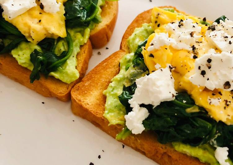 Avo toast with spinach, scrambled eggs and feta