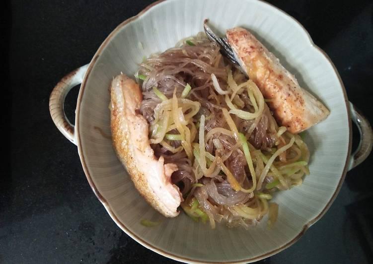 Miến khoai lang trộn bí đao, cá hồi ngũ vị áp chảo