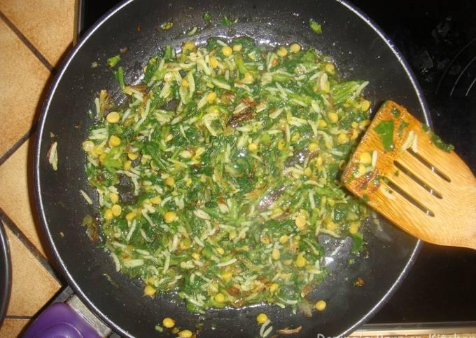 Persian Sauteed Spinach with garlic yogurt dip (بورانی اسفناج با ماست سیر دار)