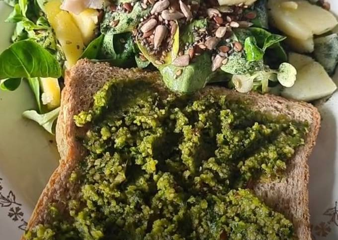 Pesto à l'ail des ours accompagné de son toast et d'une salade
