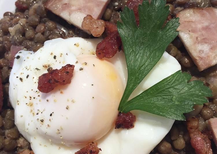 Salade de lentilles œuf poché saucisse de morteau et petits lardons