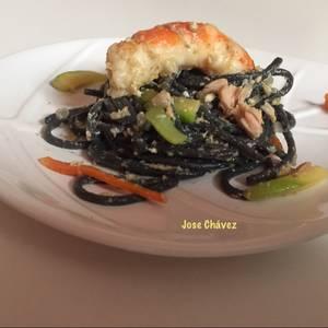 Espaguetis al nero di sepia con Atún, Gambones y Verduras