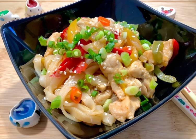 Makaron ryżowy z kurczakiem i warzywami główne zdjęcie przepisu