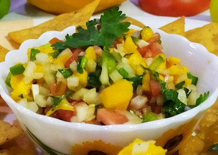 Fresh Mango Salsa with Nachos