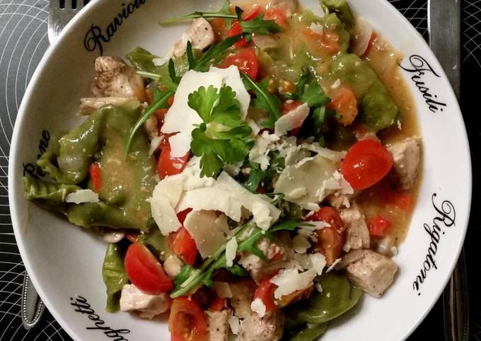 Tortelloni with chicken and salad
