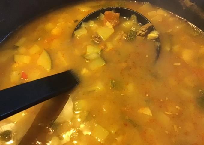 Soupe au bœuf courgettes et tomates aux épices