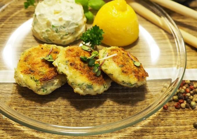 Kräuter-Fisch-Frikadellen mit Senf-Dip und Feldsalat