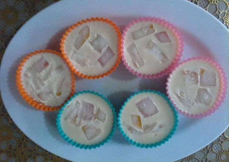 Fruity gelatin in cups