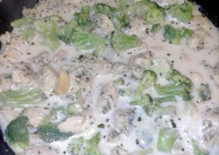Chicken broccoli and ziti w/ white wine cream sauce