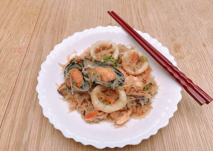 Mixed seafood fried rice noodles