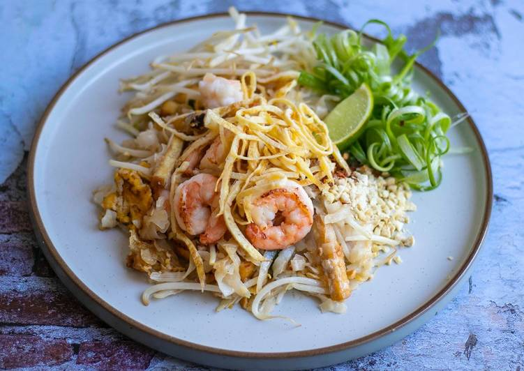 Recipe: Perfect Authentic Pad Thai with king prawns