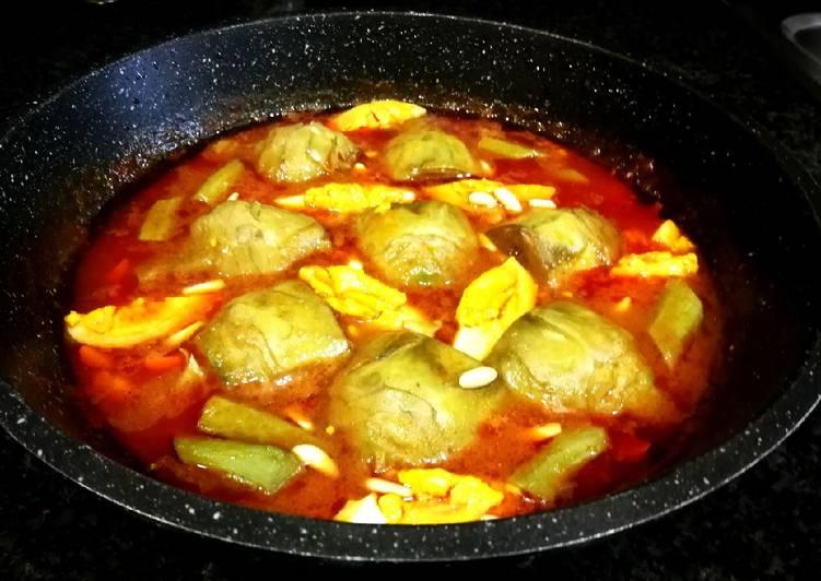 Salsa roja deliciosa con alcachofas y huevo duro