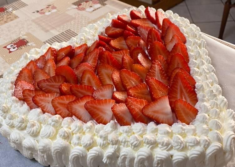 Ricetta Torta a cuore panna, crema e fragole