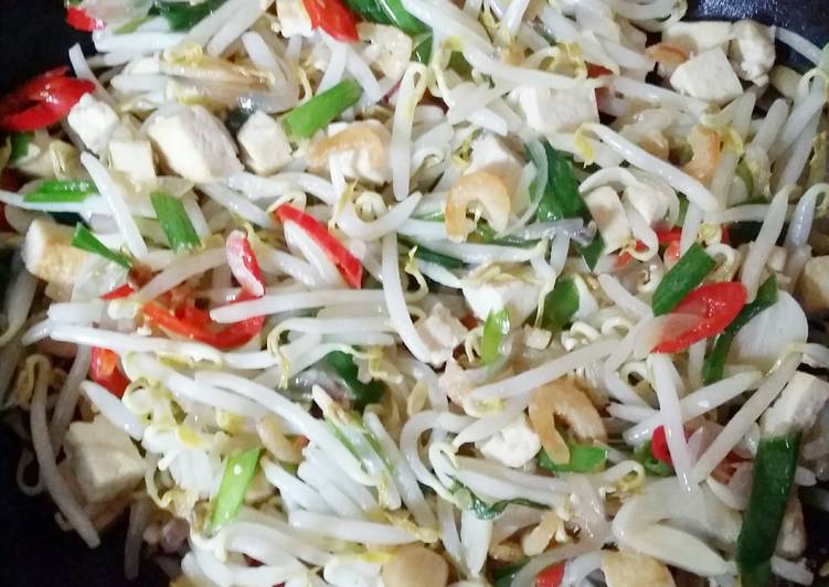 Simple Fried Bean Sprout wid Taukwa N Chives 😍 walaaaaaa 👍